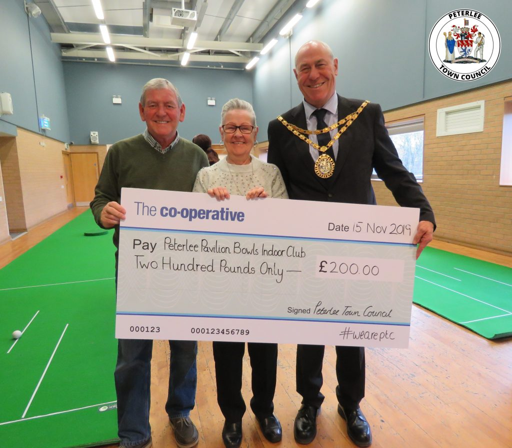 Photo of your Mayor with members of the Peterlee Pavilion Bowls Indoor Club holding a large cheque
